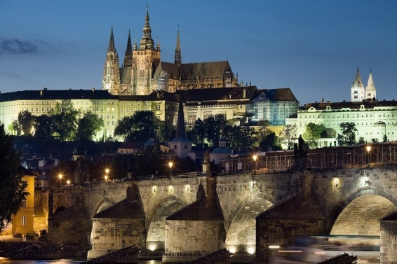 Night_view_of_the_Castle_and_Charles_Bridge,_Prague_-_8034.jpg